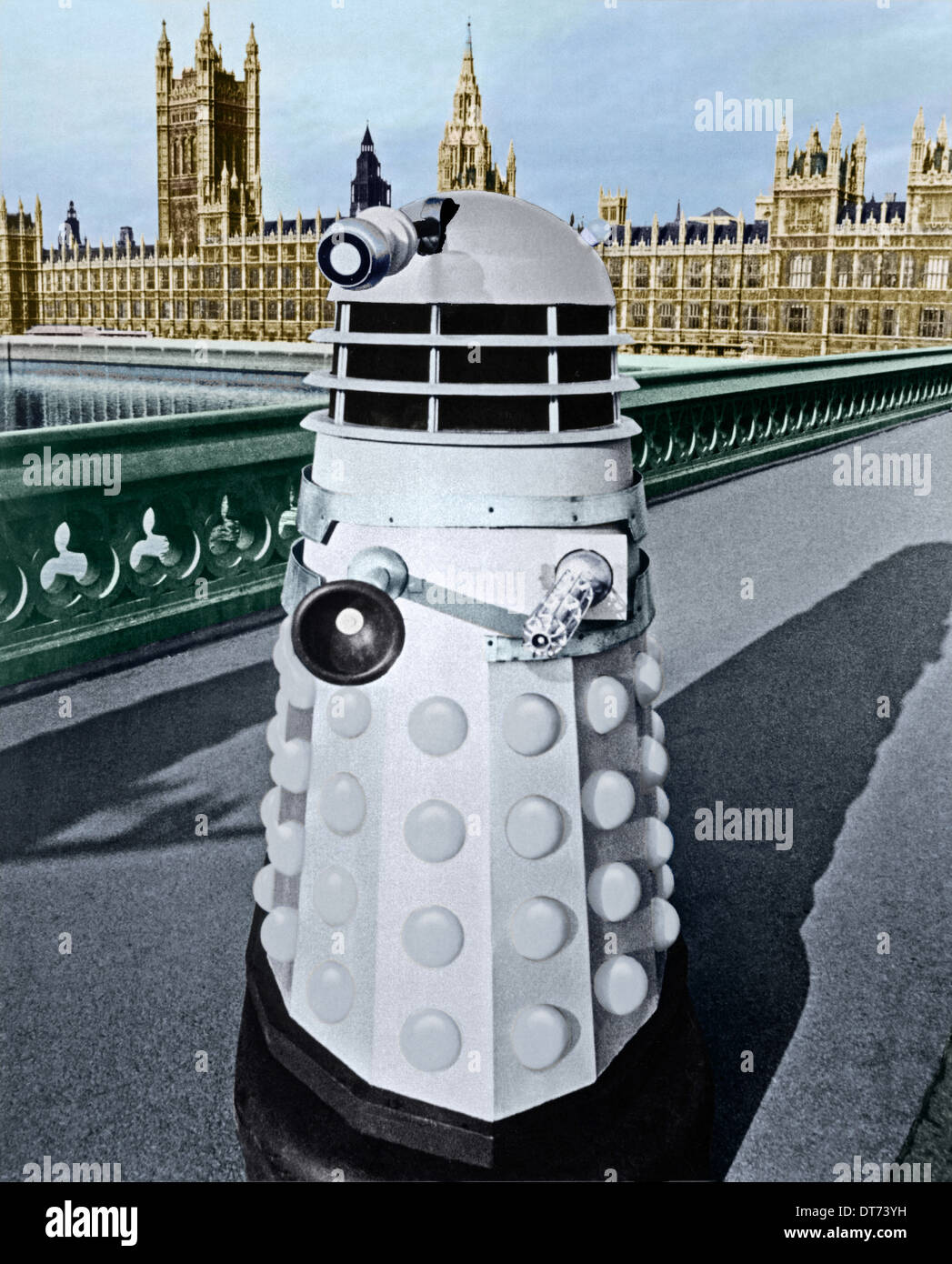 A DALEK ON WESTMISTER BRIDGE & HOUSES OF PARLIAMENT DOCTOR WHO ; DR. WHO THE DALEK INVASION OF EARTH (1964) - Stock Image