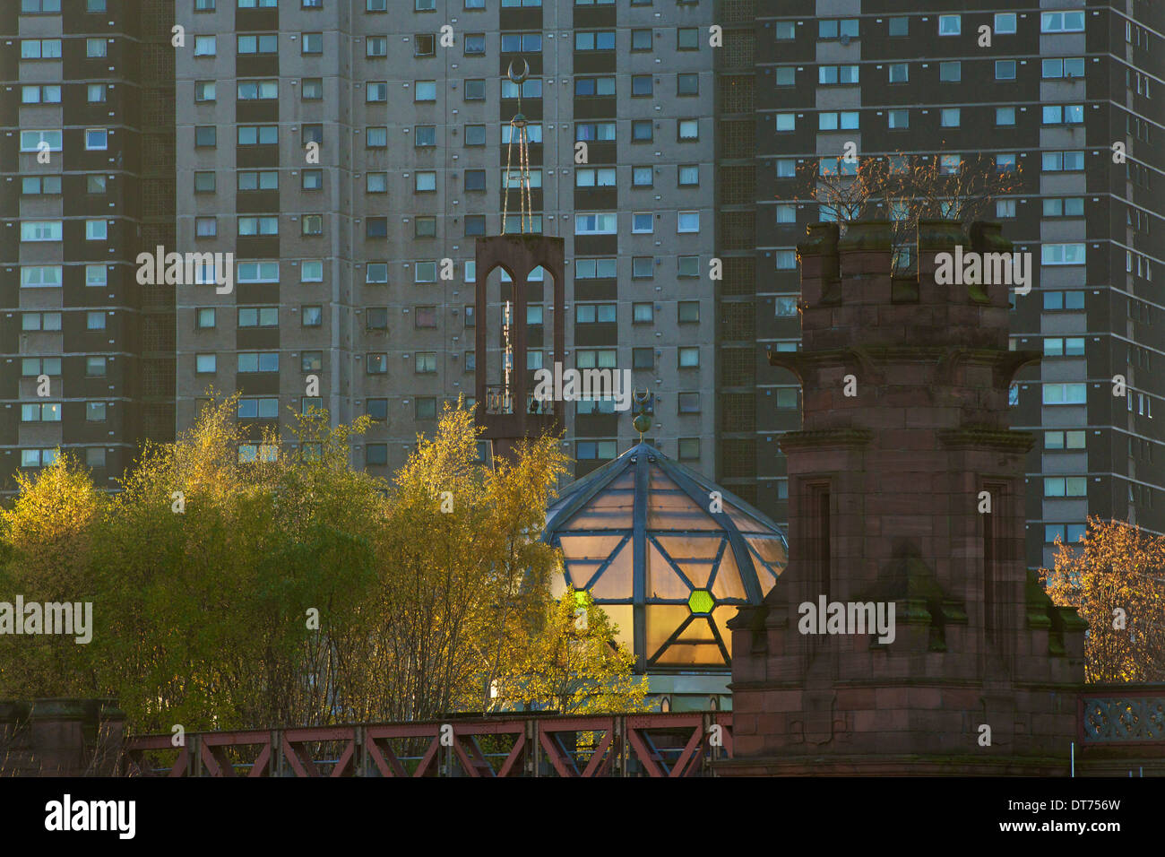 The dome and Minaret of the Central Mosque in Glasgow sandwiched between Gorbals Cross high flats and the old railway bridge. - Stock Image