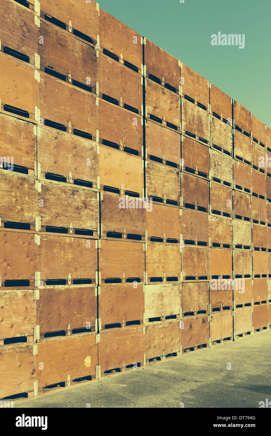 Large stack of fruit boxes for harvesting and storing apples, near Quincy - Stock Image