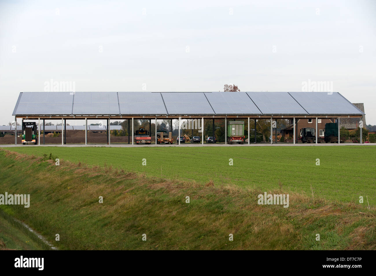 Agricultural building fitted with rooftop solar panels - Stock Image