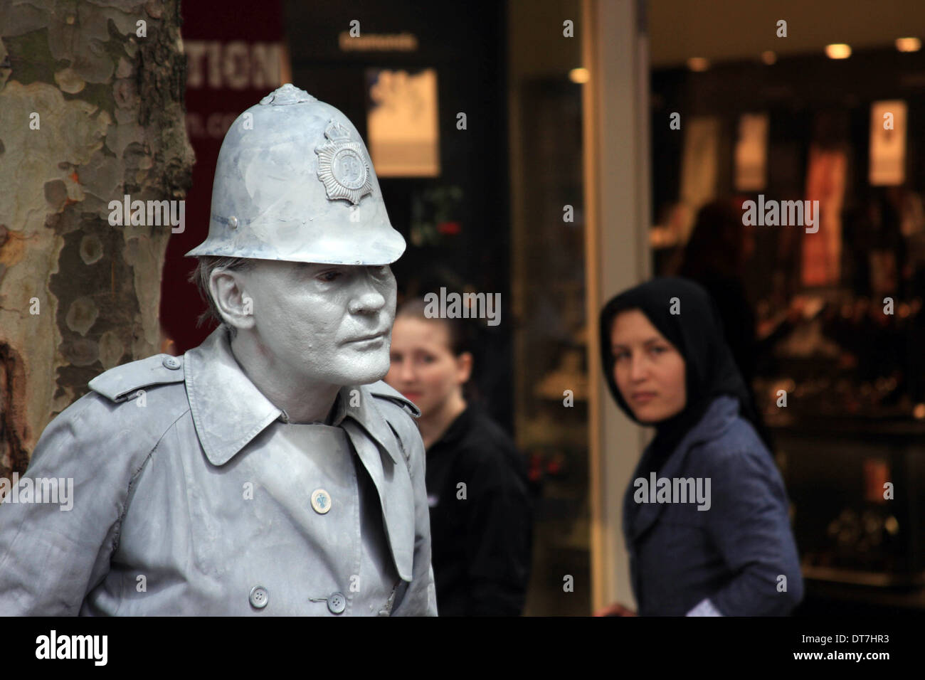 Street performer dressed as a policeman statue - Stock Image