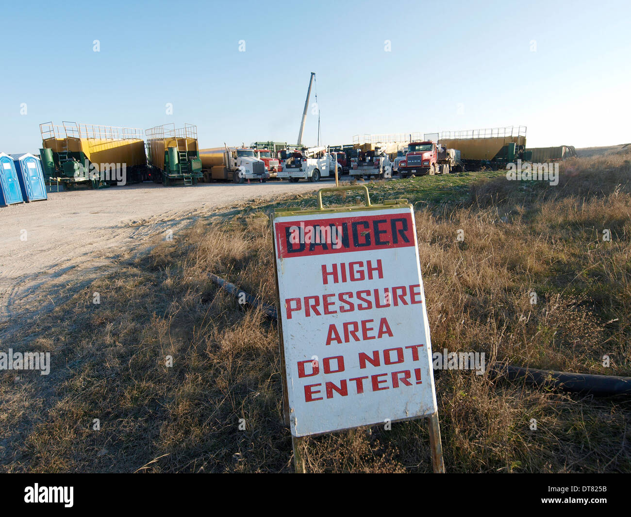 Crew prepares hydraulic fracturing of well site in Texas - Stock Image