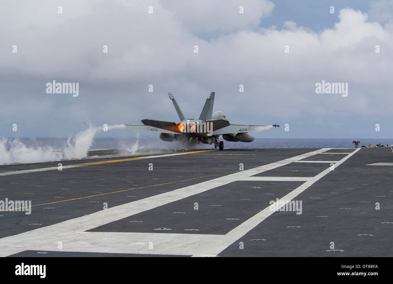 An F/A-18E Super Hornet takes off from the flight deck of USS George Washington. - Stock Image