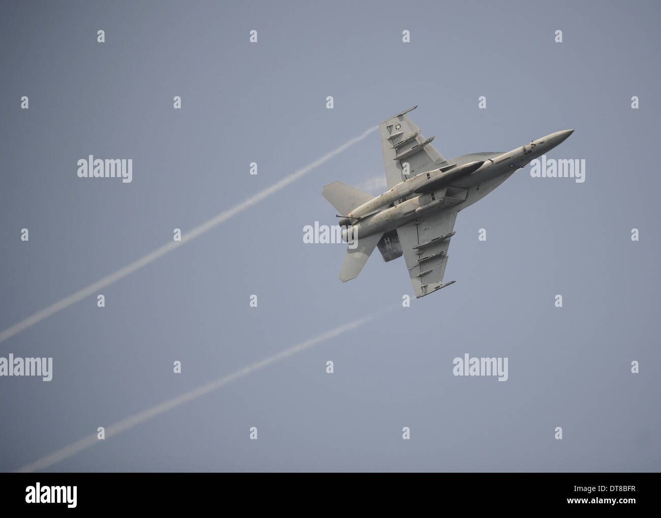 August 22, 2013 - An F/A-18E Super Hornet in flight over the Gulf of Oman. - Stock Image