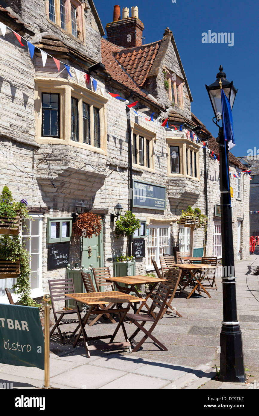Café tables in Market Place, Somerton, Somerset - Stock Image