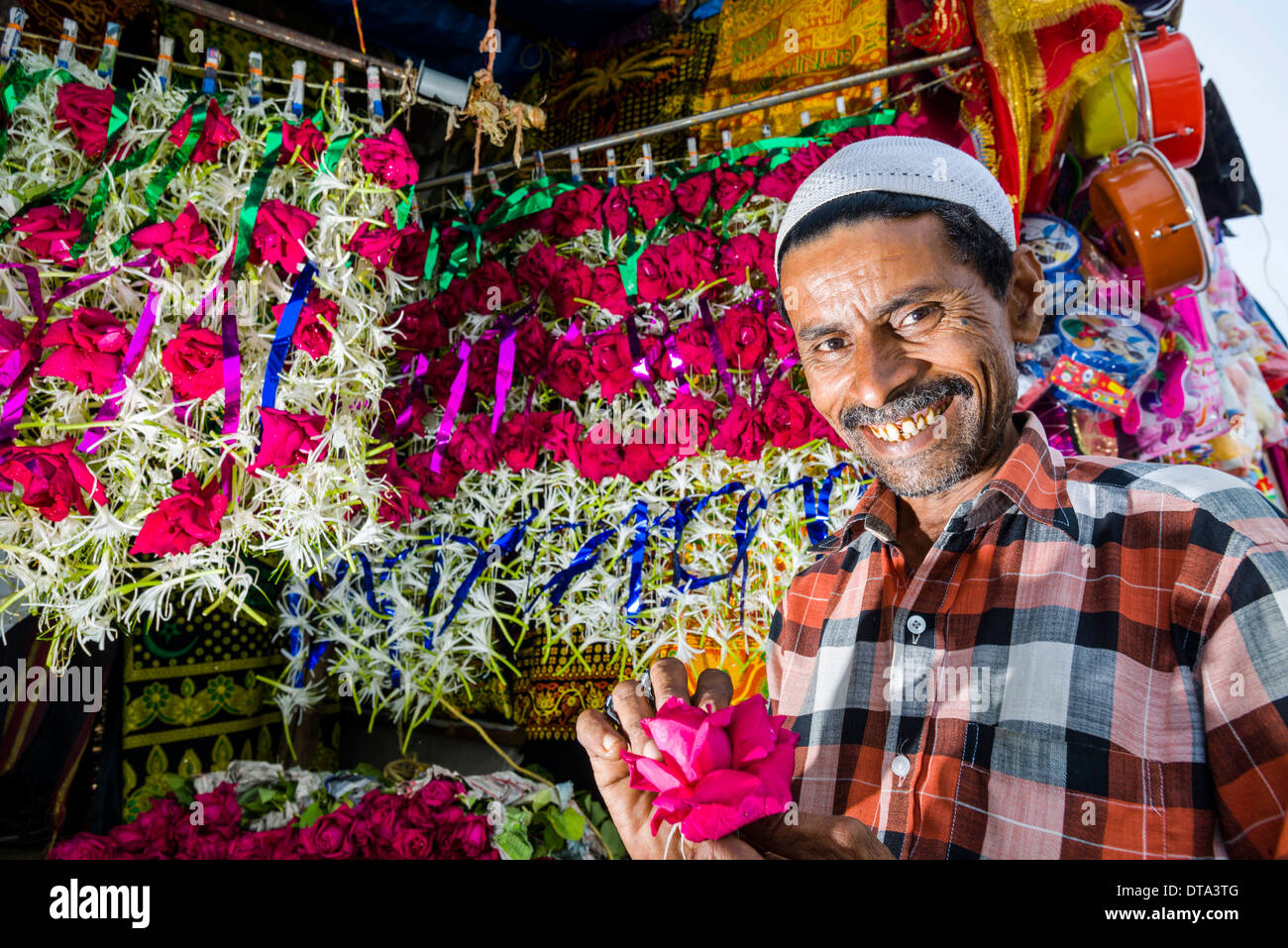 A Muslim salesman is selling flowers, Mahalaksmi, Mumbai, Maharashtra, India - Stock Image
