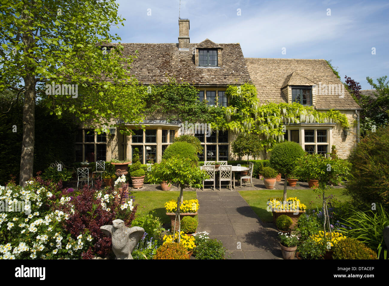 An idyllic Cotswold cottage and garden, Gloucestershire, England, UK - Stock Image
