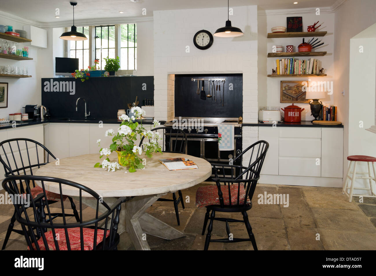 Contemporary shabby chic farmhouse kitchen. - Stock Image