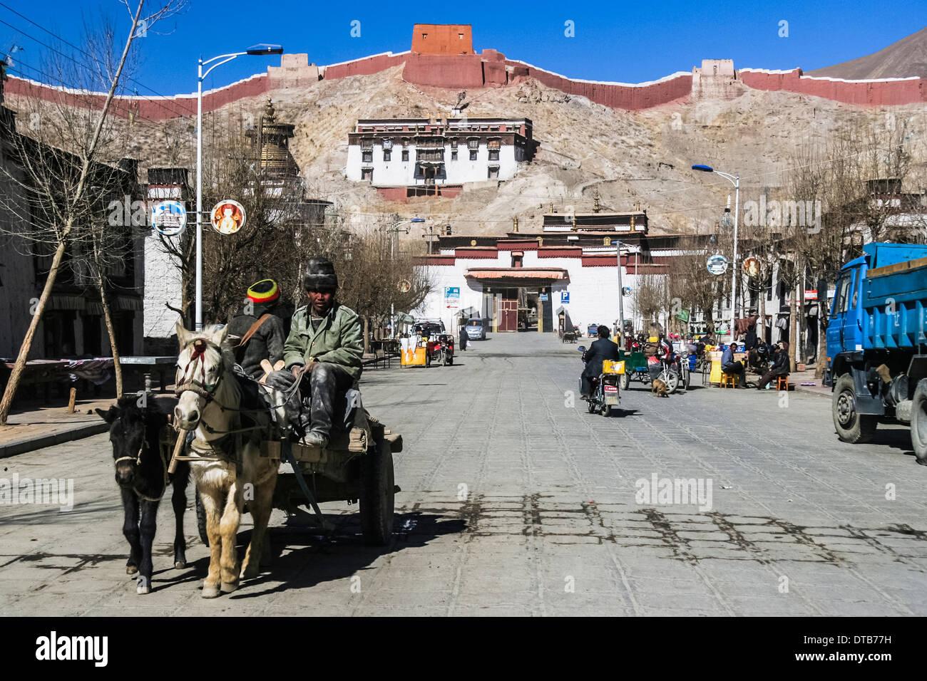 Street scene with Pelkor Chode Monastery, Gyantse, Tibet - Stock Image