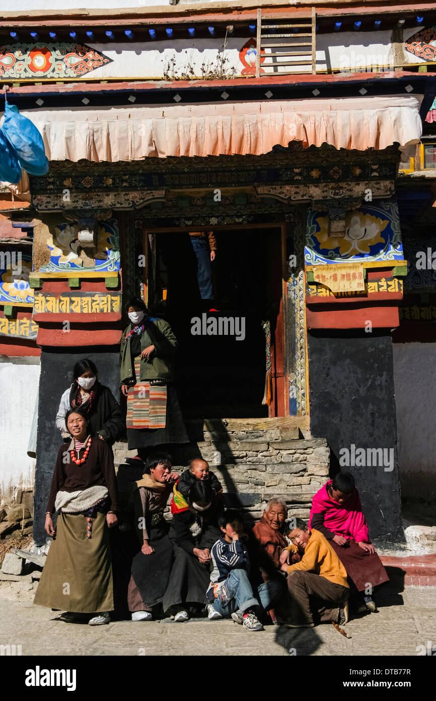 Tibetan pilgrims at the Kumbum chorten of Pelkor Chode Monastery, Gyantse, Tibet - Stock Image