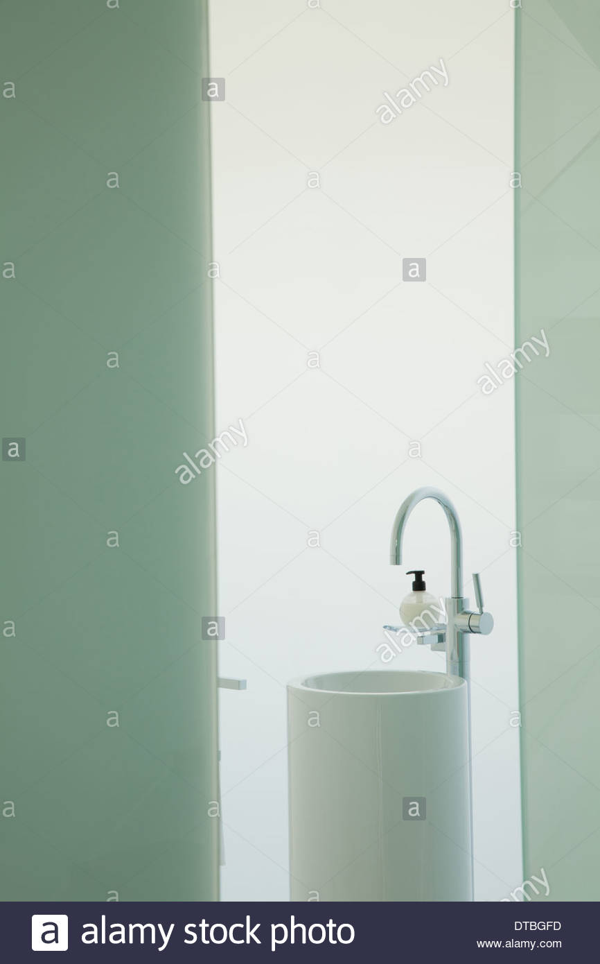 Upright sink in modern bathroom - Stock Image