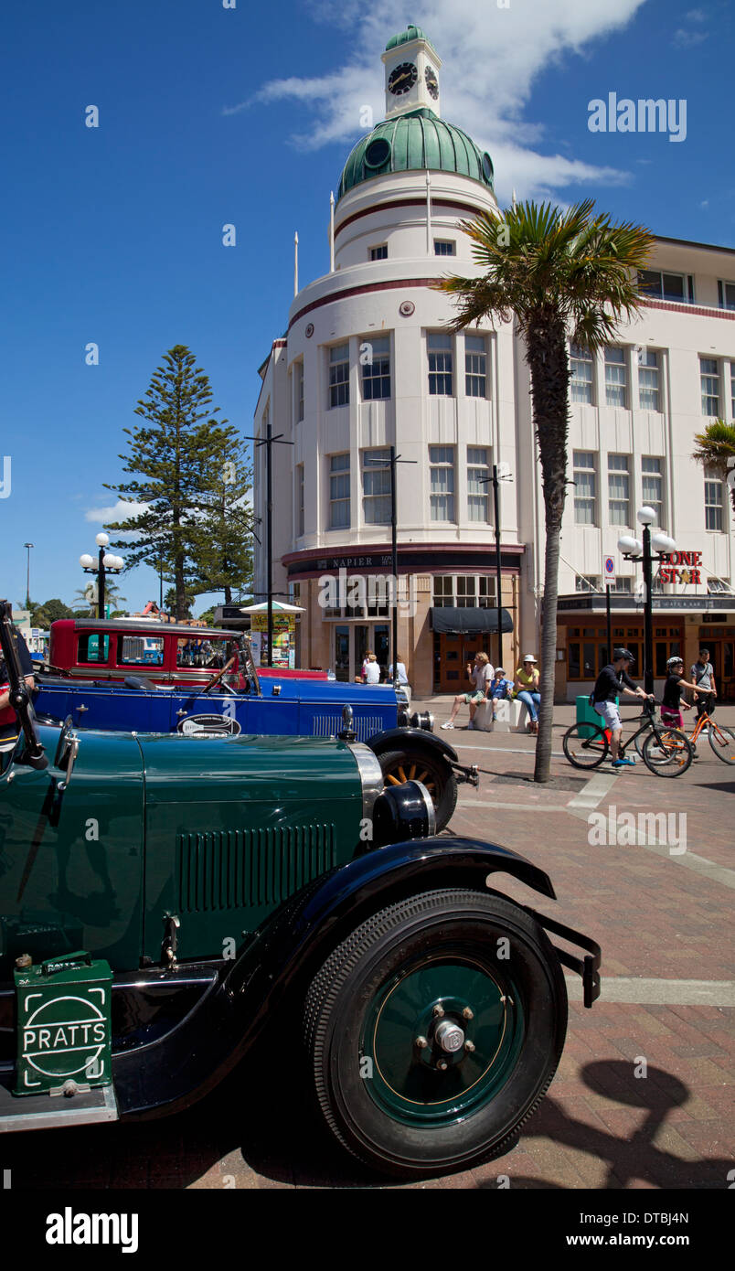 Art Deco building and vintage cars in Napier, North Island, New Zealand - Stock Image