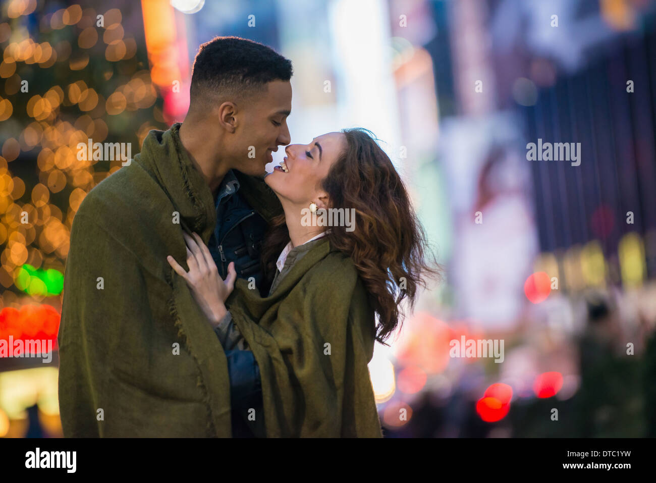 Young tourist couple wrapped in blanket, New York City, USA - Stock Image