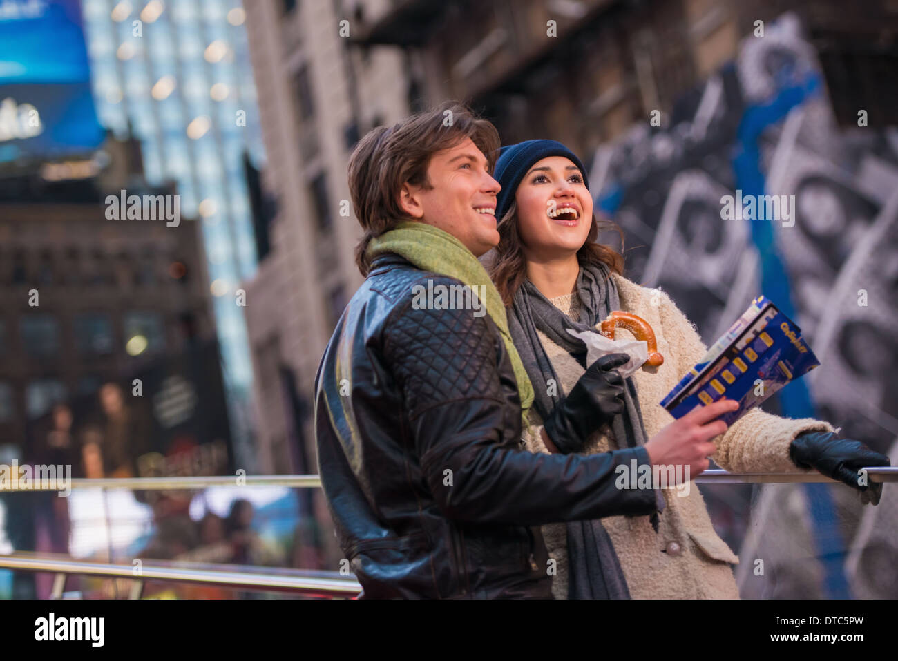 Young couple on vacation with map and bagel, New York City, USA - Stock Image