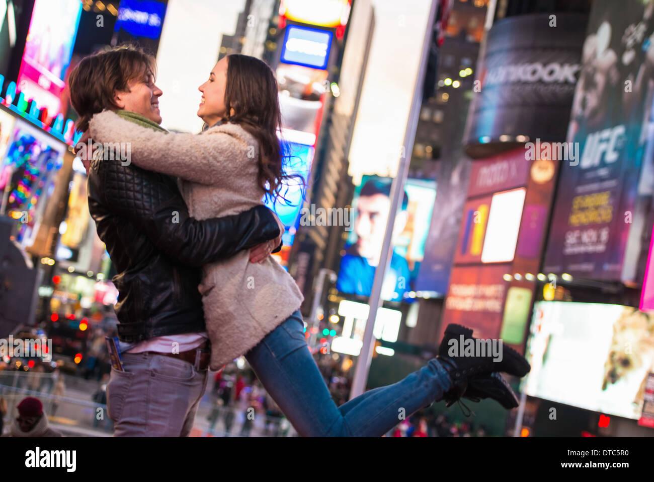 Young tourist couple embracing, New York City, USA - Stock Image