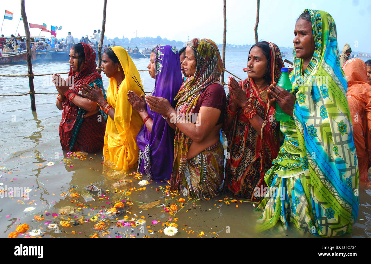 Allahabad, India. 14th Feb, 2014. 14feb.2014: Devotee performing worship after taking holydip at Sangam on the occasion Stock Photo