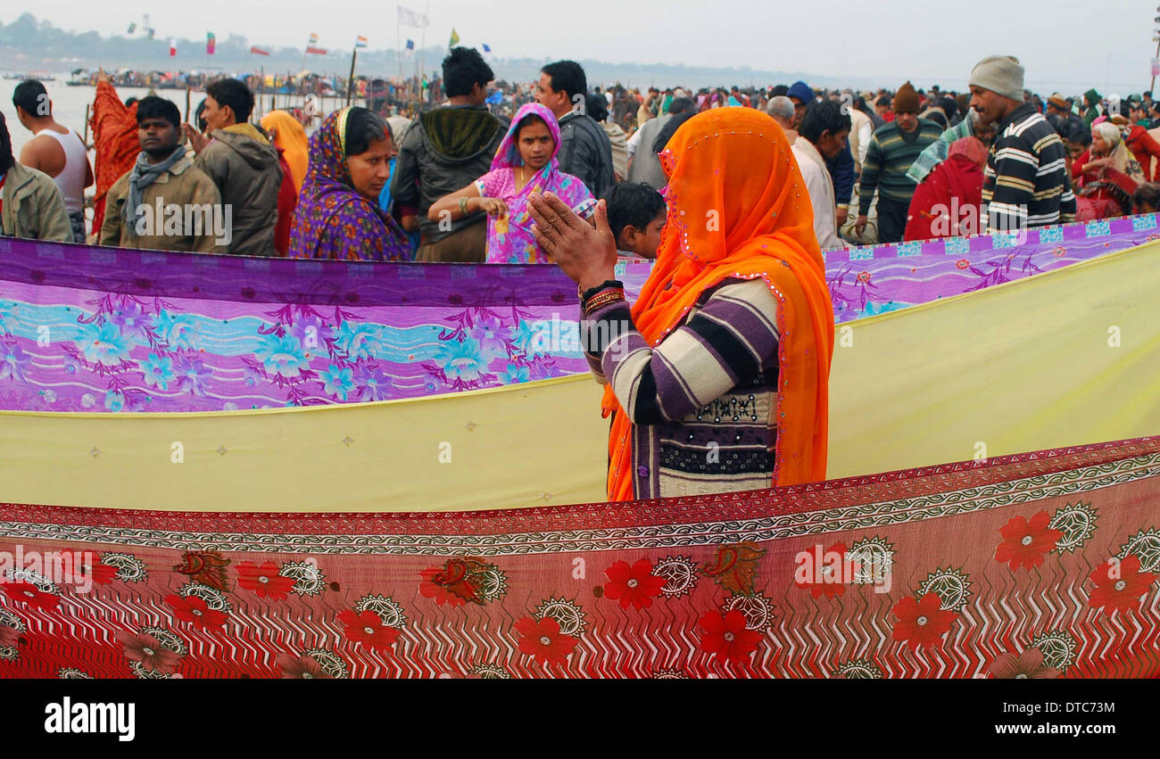 Allahabad, India. 14th Feb, 2014. 14feb.2014: Devotee performing ritual after taking holydip at Sangam on the occasion Stock Photo