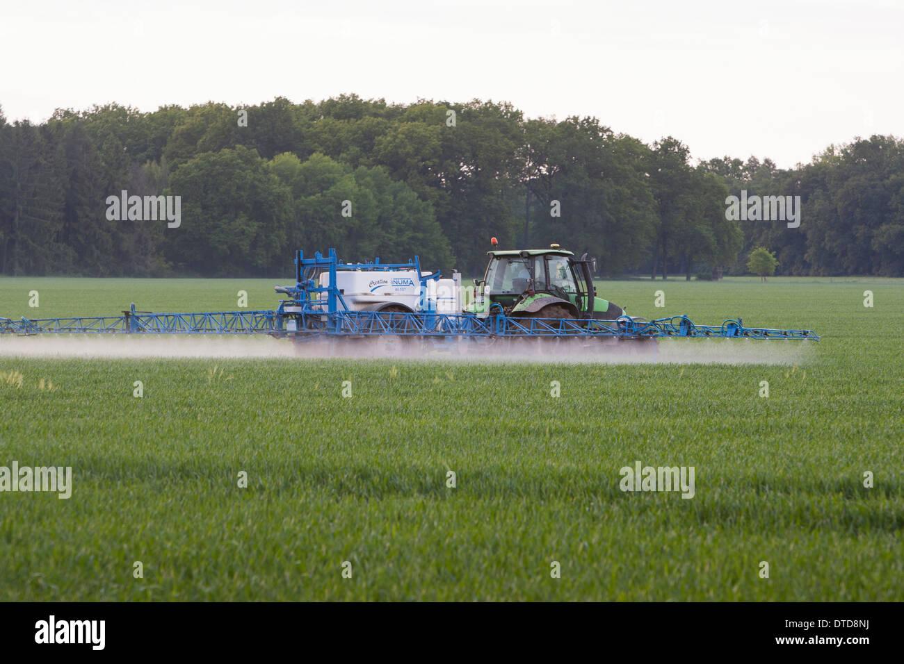 field, tractor, toxin, poison, intensive agriculture, Pflanzengift, Spritzen, Giftspritze, Gift, Traktor, Trekker, Feld, Acker - Stock Image