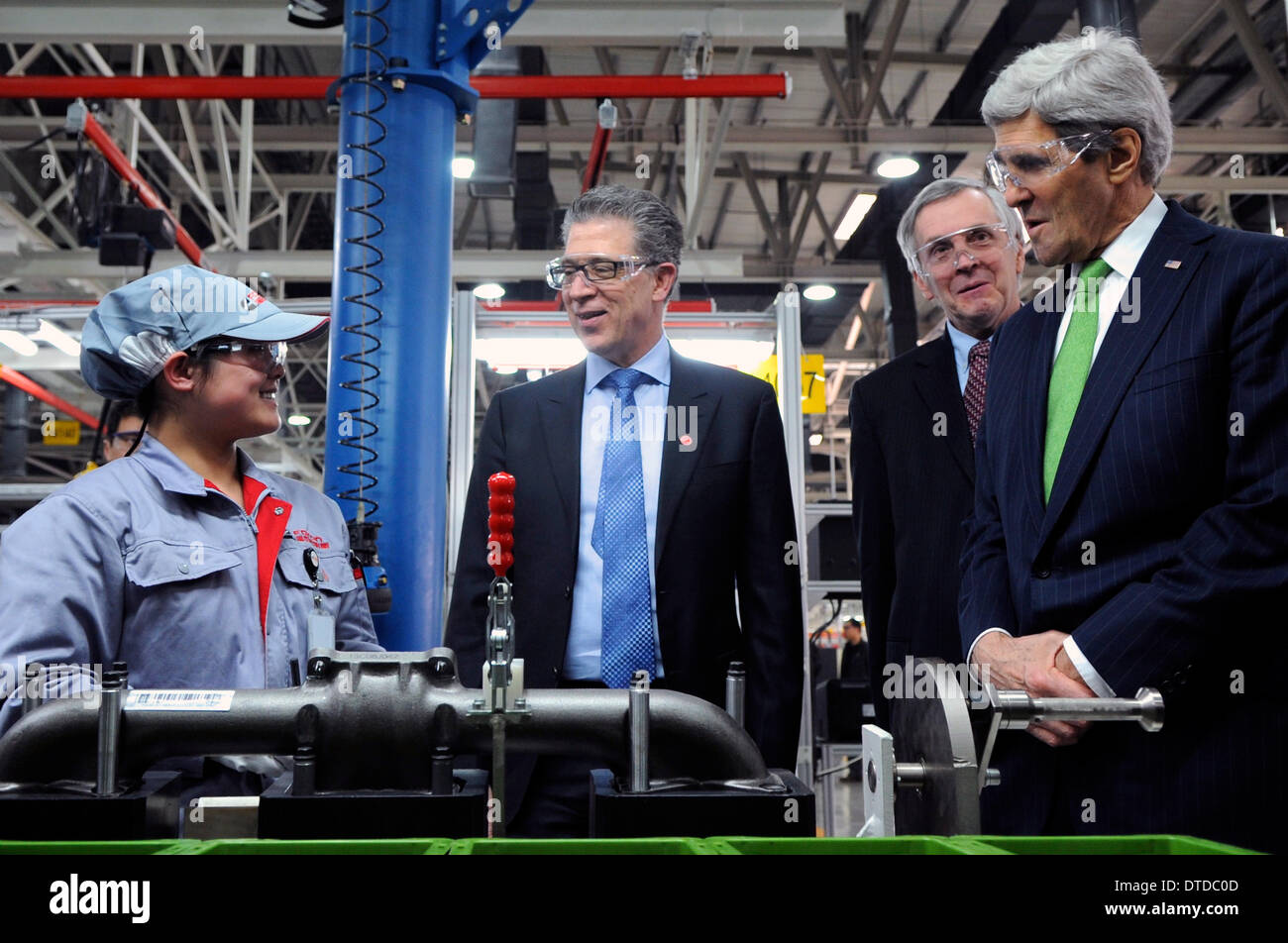 US Secretary of State John Kerry speaks with a assembly line worker as Cummins Vice President Steve Chapman looks Stock Photo