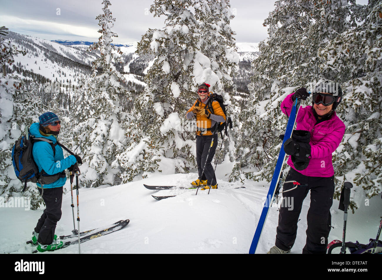 Back country skiers preparing for a downhill run near Monarch Pass, central Colorado, USA - Stock Image