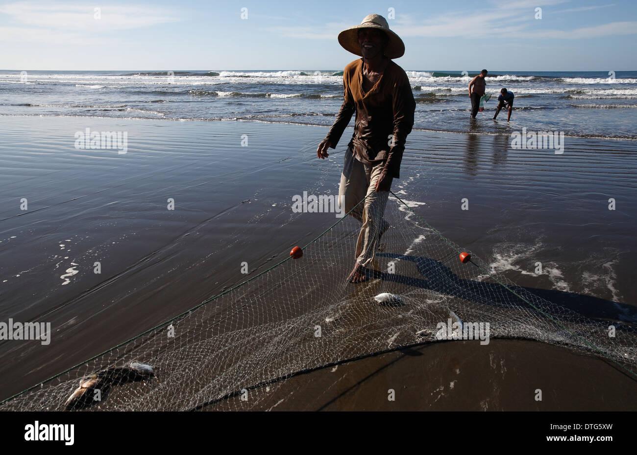 Fishermen on the Pacific coast beach at Mechapa, Nicaragua - Stock Image