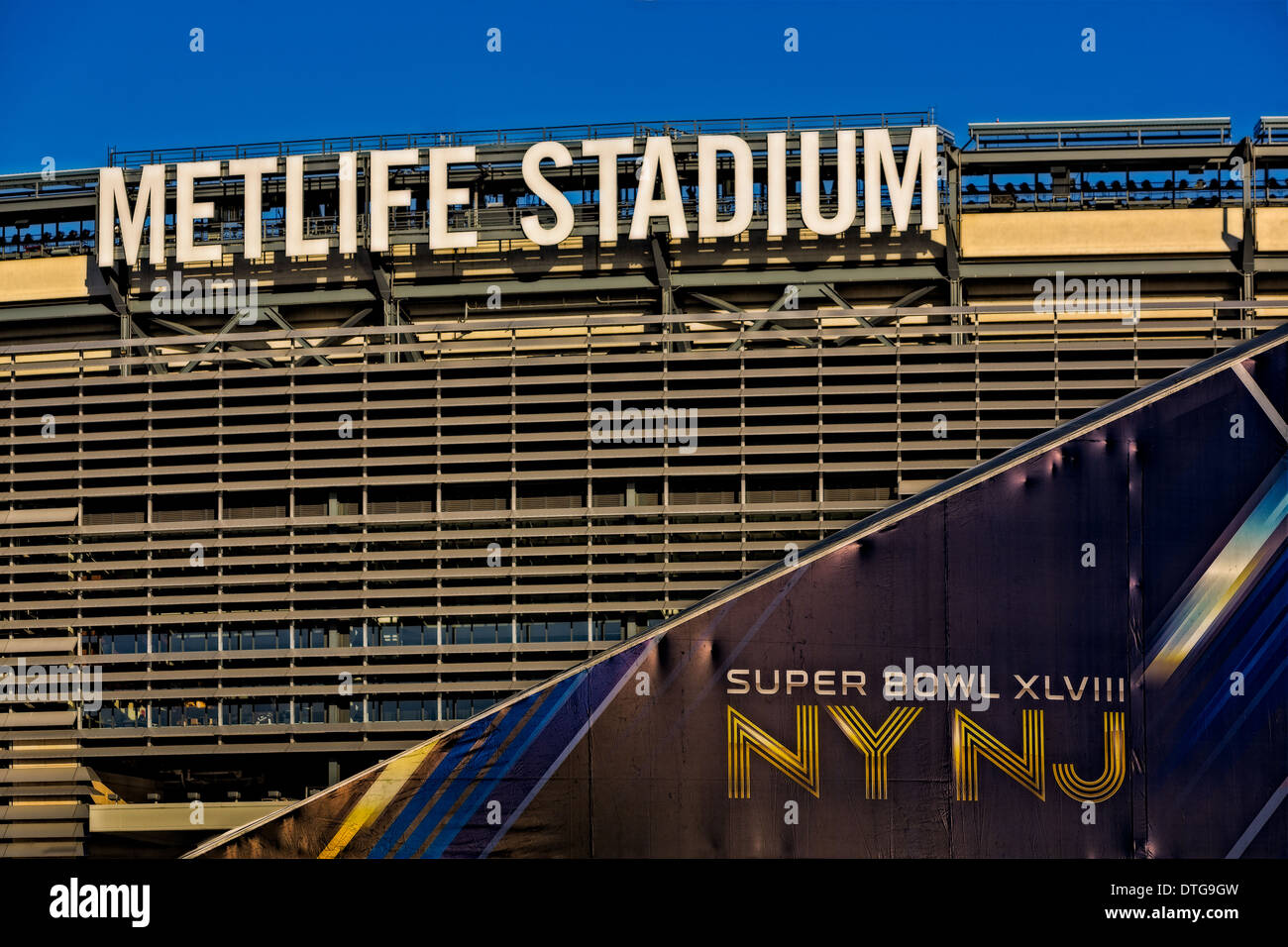 Exterior view of the MetLife Stadium in Rutherford, New Jersey, with Super Bowl XLVIII NY NJ in foreground. - Stock Image