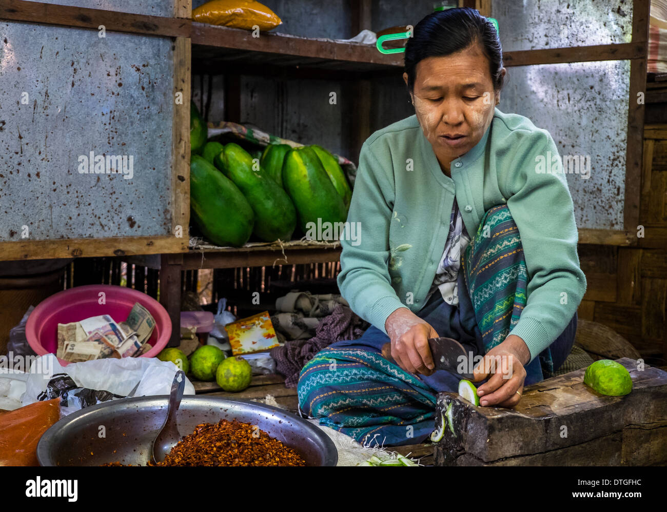 Woman cutting vegetables in the Nyaung U market close to Bagan in Myanmar - Stock Image