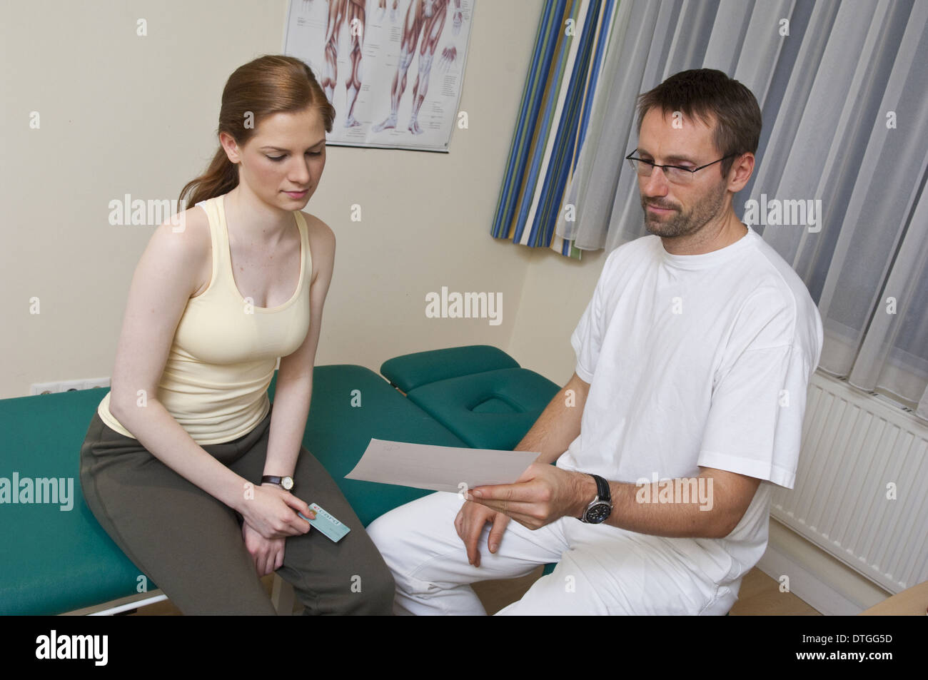 doctor explaining findings to patient (model-released) - Stock Image