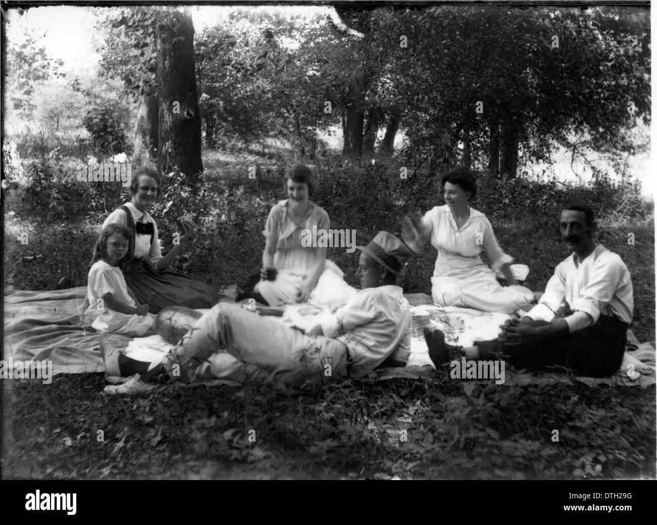 1924 photo Fielding H 1//23//24 Vintage Black /& White Photograph f1 Yost /& wife