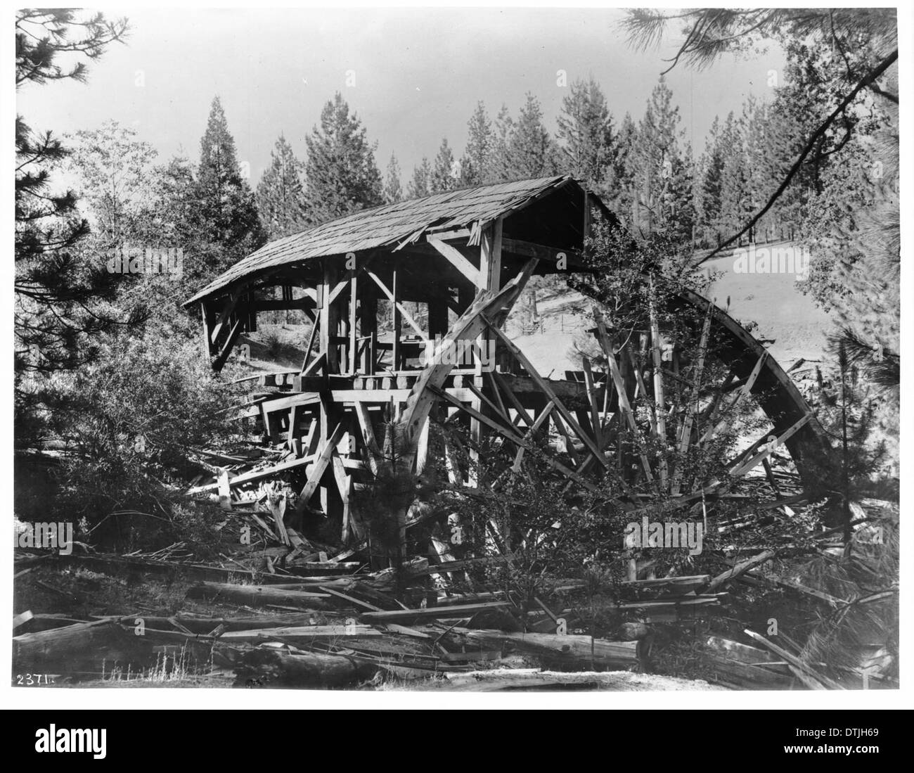 Old mill used by miners at the Ten Stamps Mine, ca.1900 - Stock Image