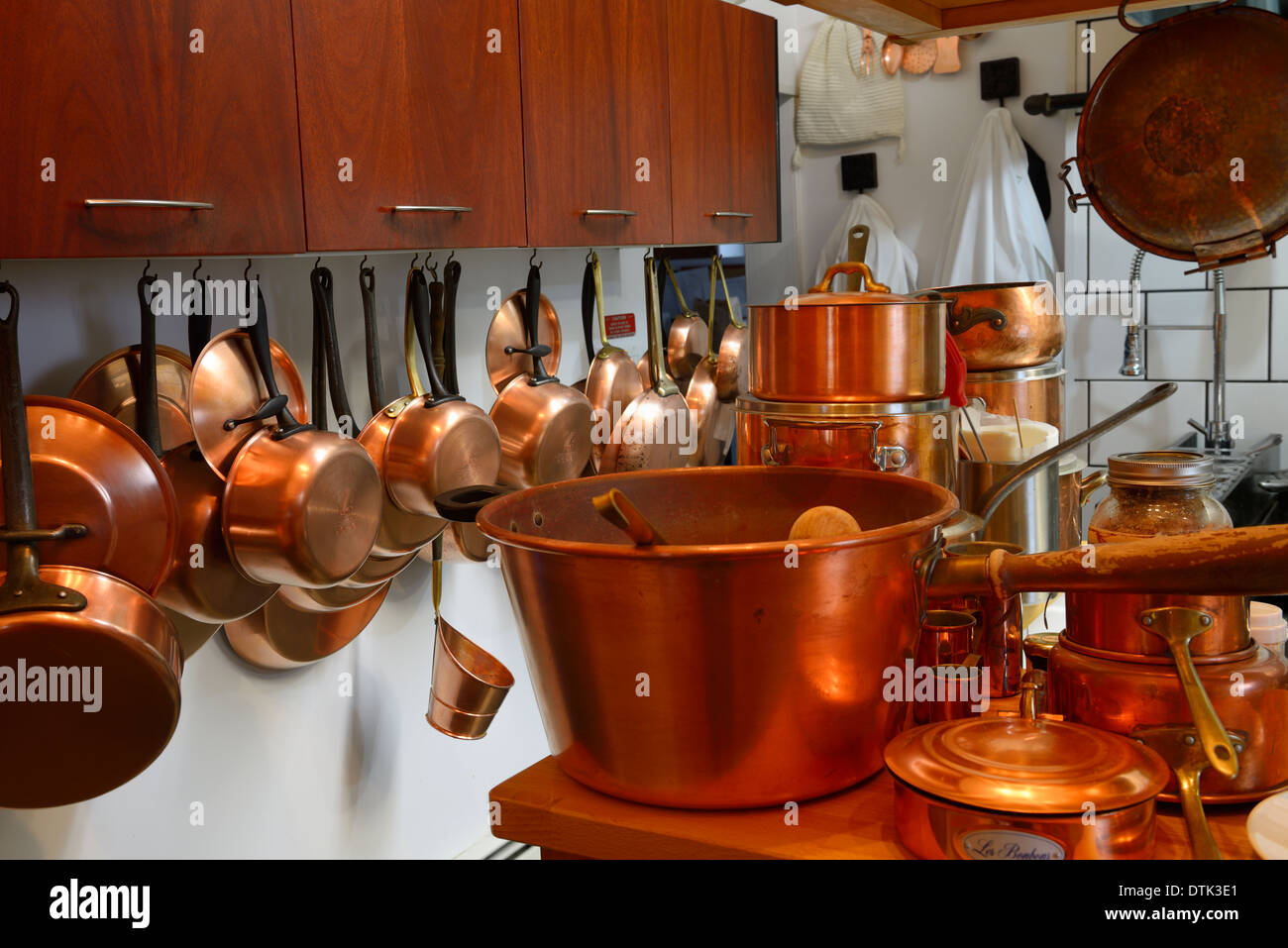 Copper pots and pans in a professional gourmet kitchen - Stock Image