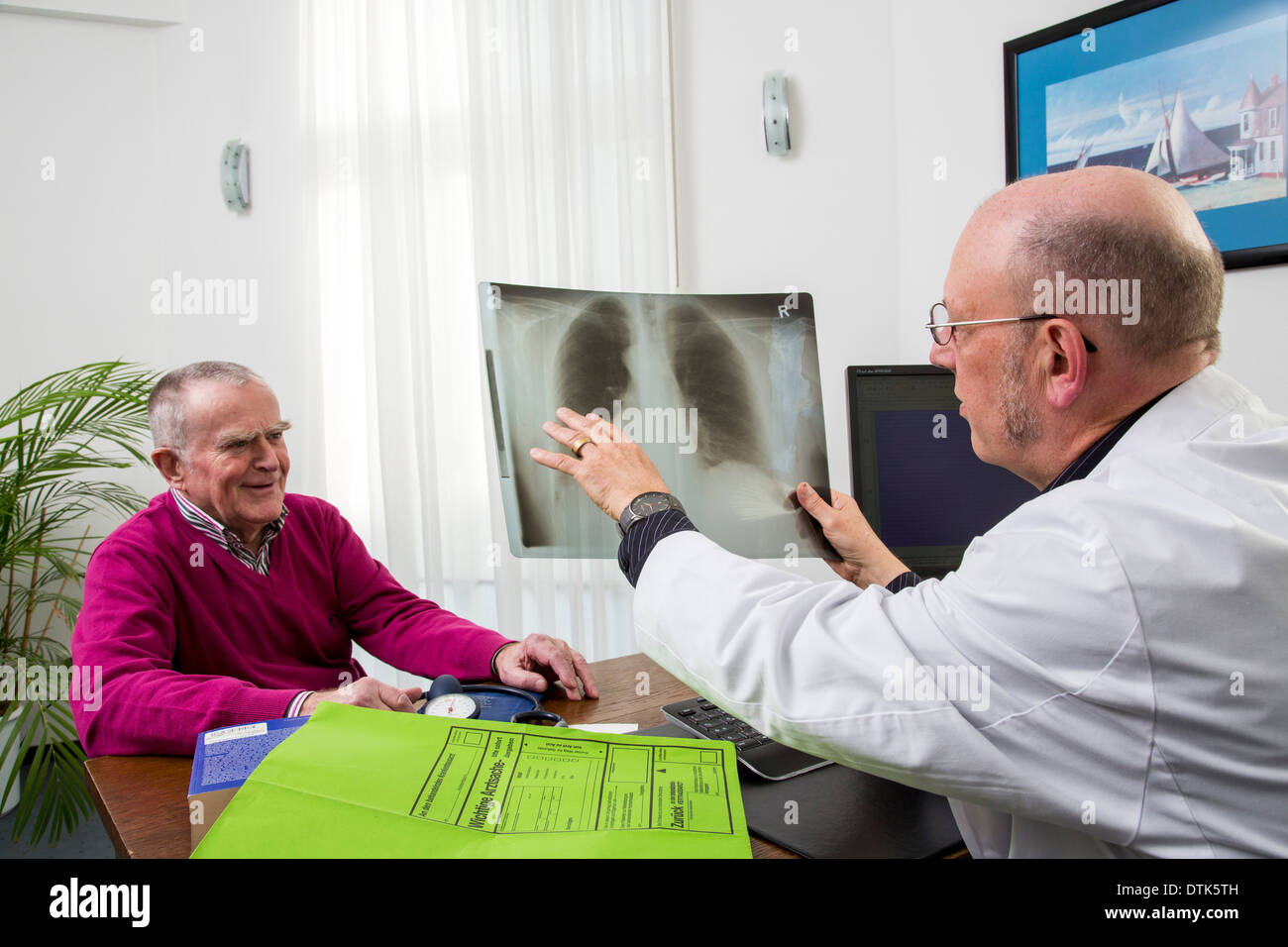 Doctor discuss with a patient the result of an X-ray. - Stock Image
