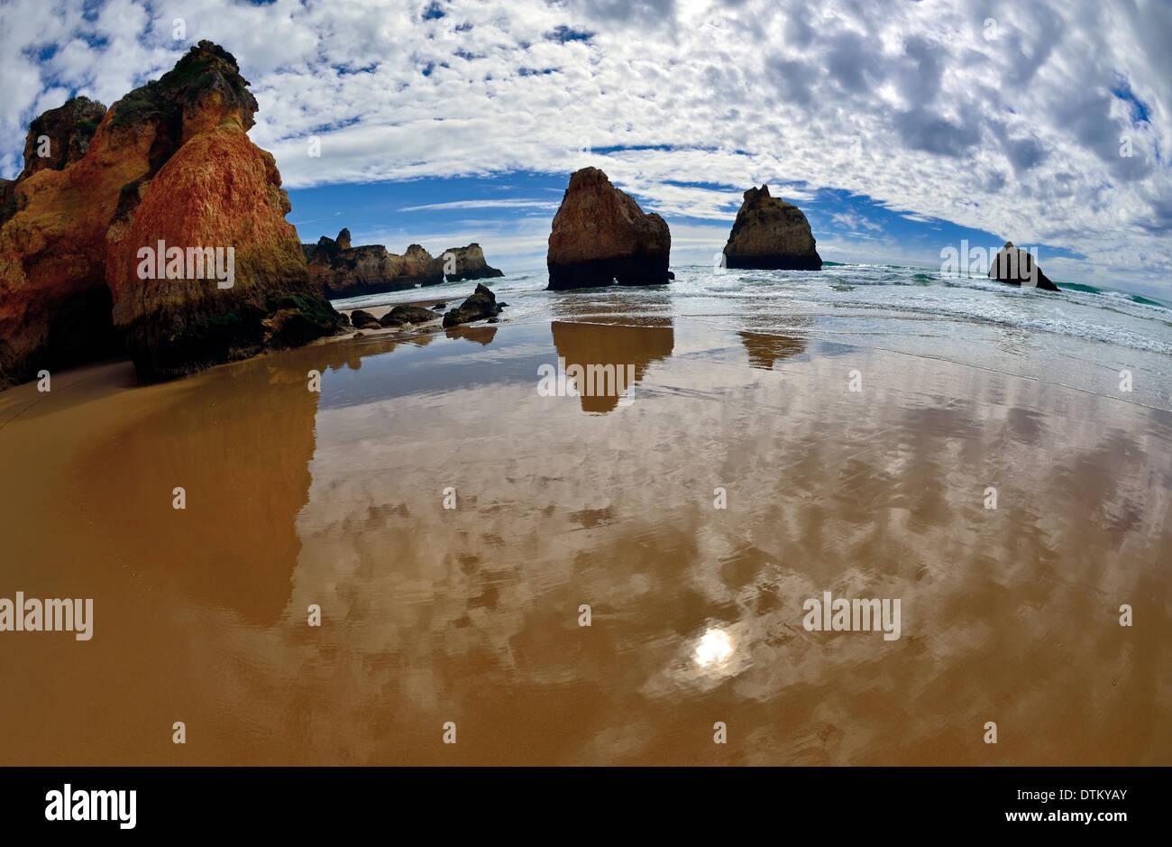 Portugal, Algarve: Rocks and waves at beach Prainha - Stock Image