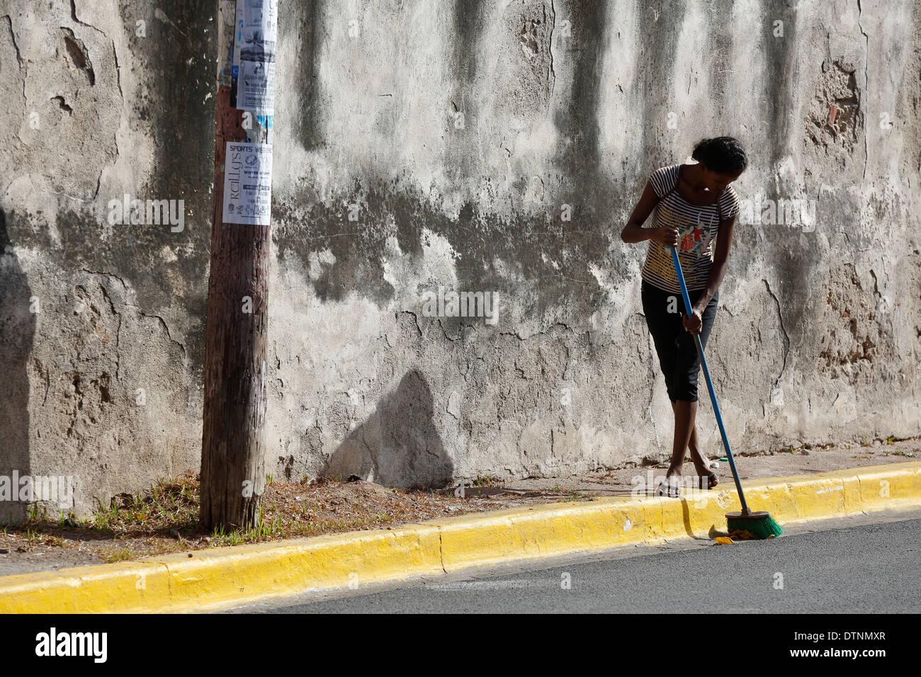 woman sweeping the street, Granada, Nicaragua - Stock Image