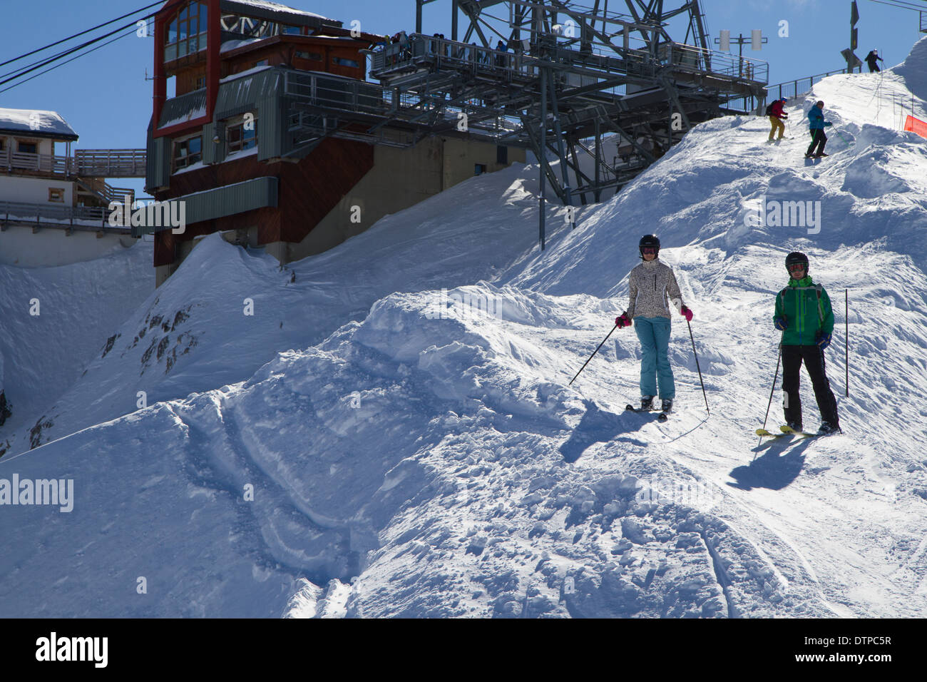 Two Skiers at the Top of Saulire Peak, Entrance piste to the Couloirs - Stock Image