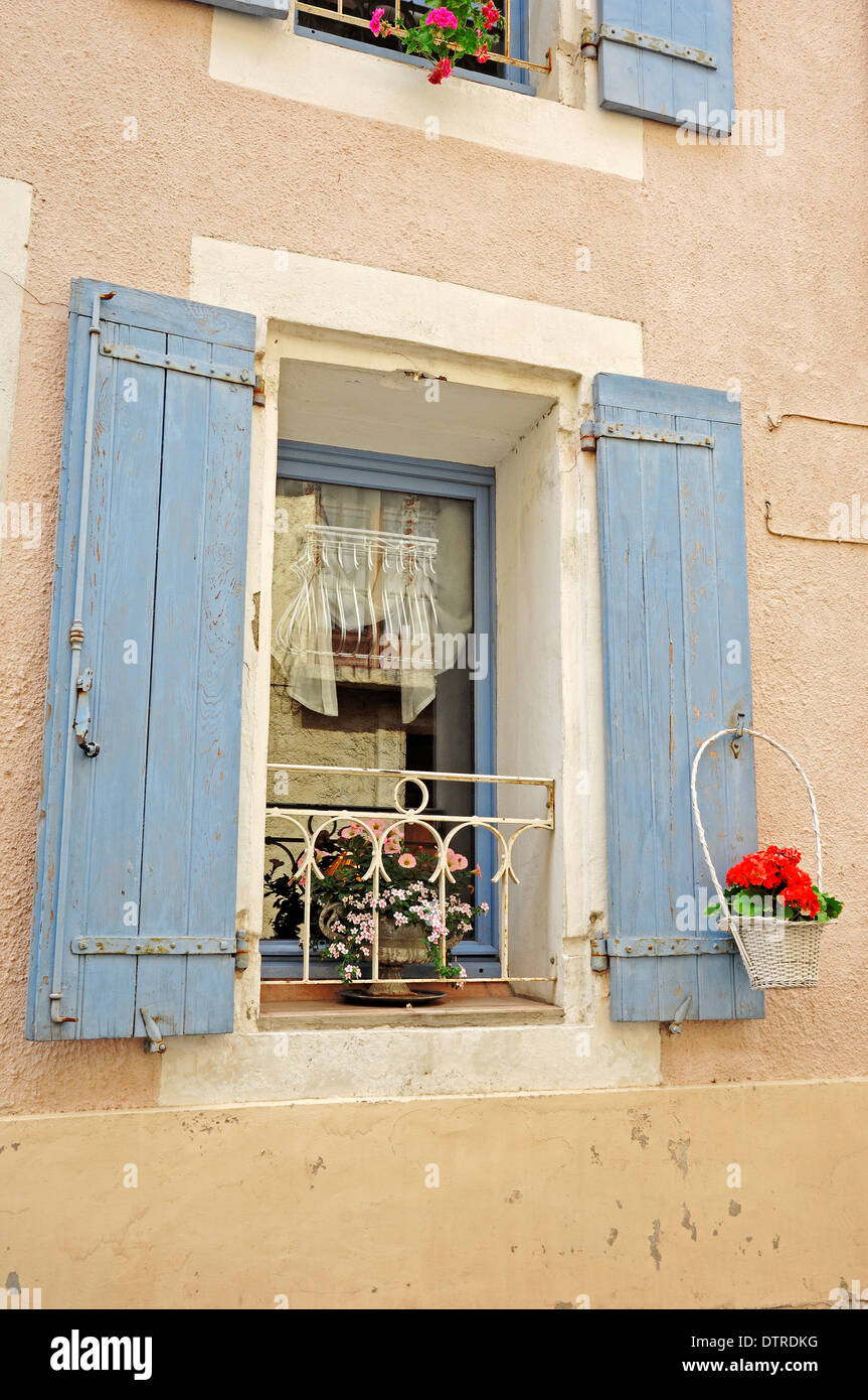 Window with shutters, Aigues-Mortes, Camargue, Gard, Languedoc-Roussillon, Southern France - Stock Image