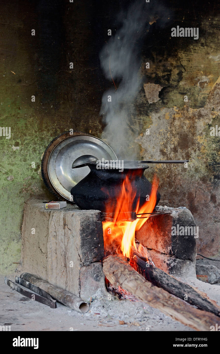 Fire place and cooking pot, Bharatpur, Rajasthan, India - Stock Image