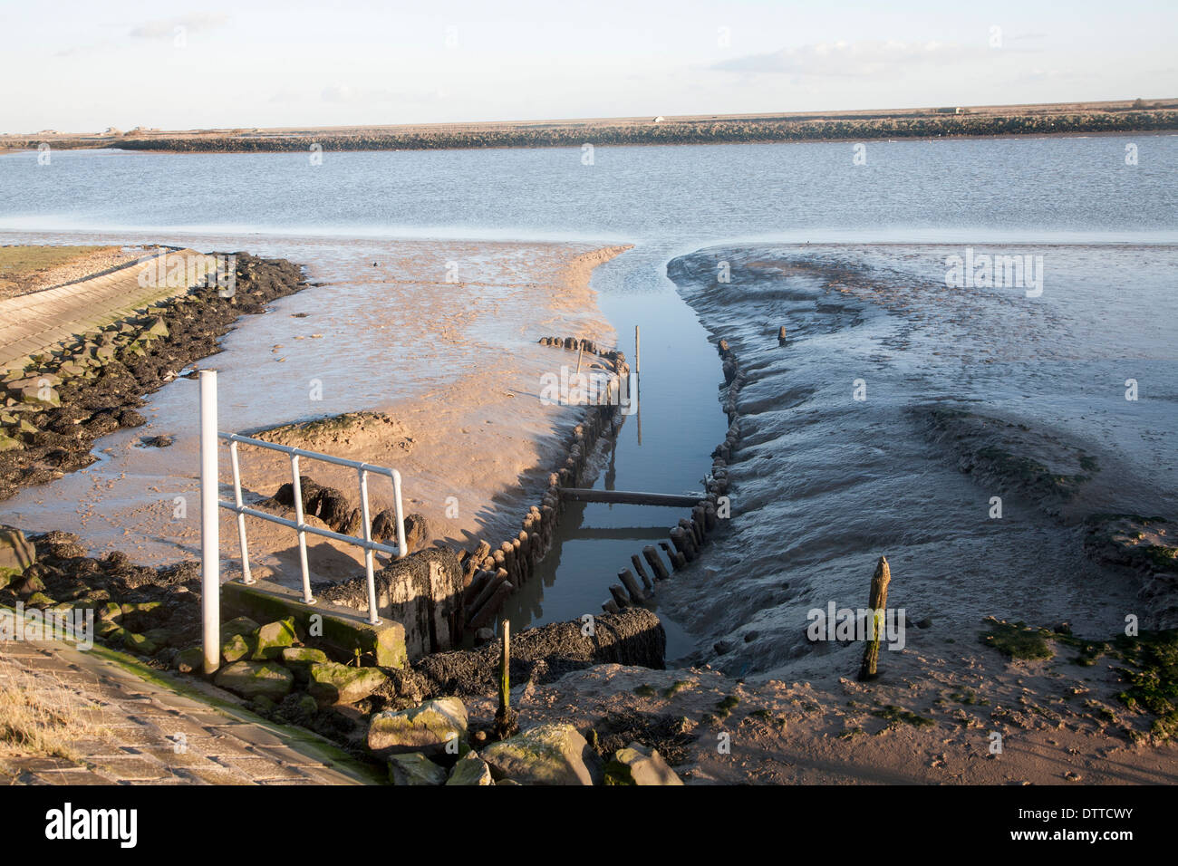 Drainage sluice draining marshland water into the River Ore from Gedgrave marshes, near Orford, Suffolk, England - Stock Image
