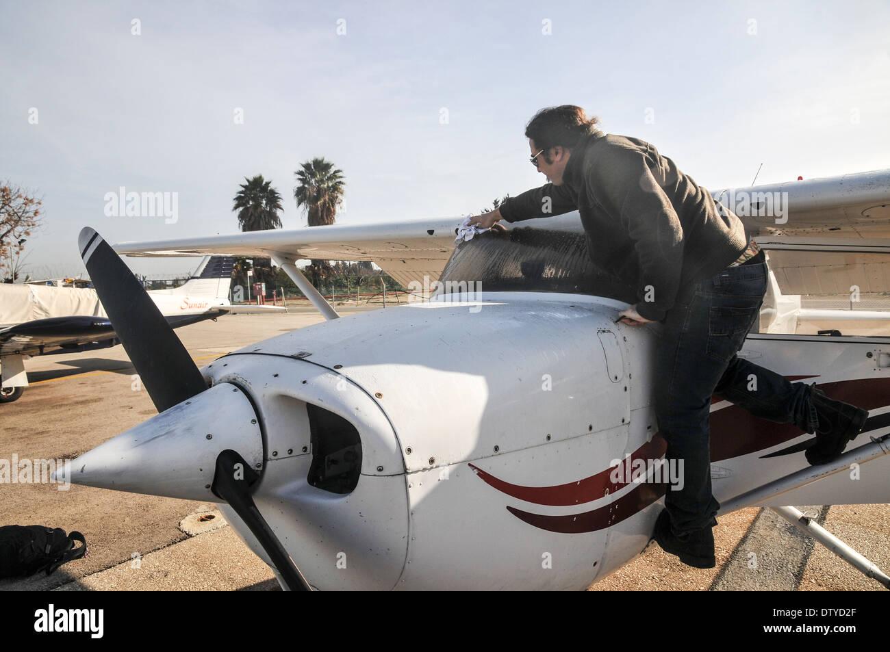 Pilot perform a preflight check on a cessna skyhawk - Stock Image