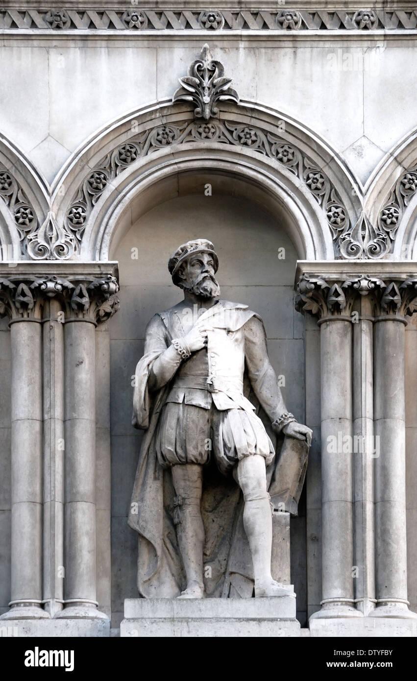 London, England, UK. Statue overlooking Holborn Viaduct: Sir Thomas Gresham (1519-1579: founded the Royal Exchange) - Stock Image
