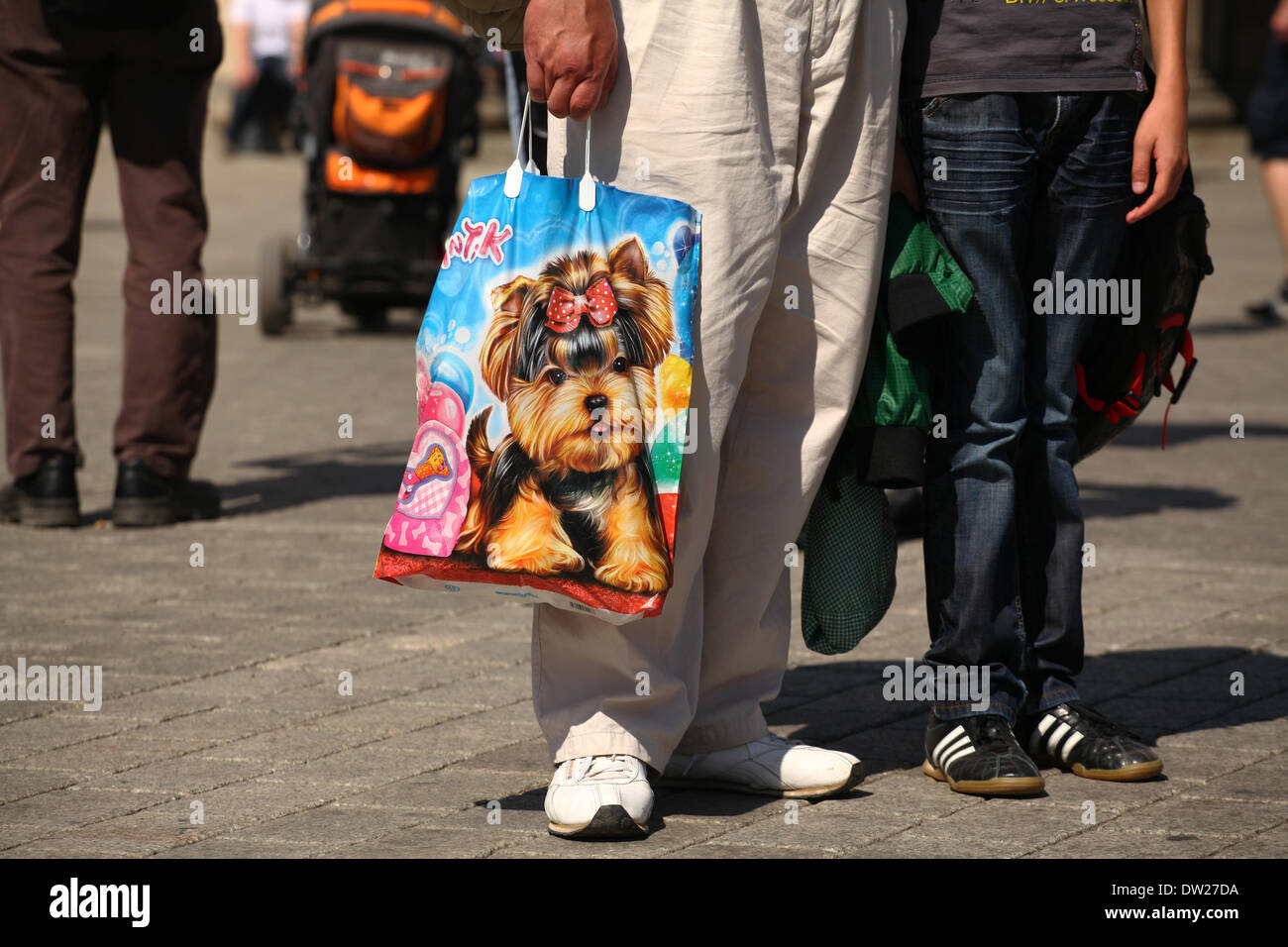 A man from Eastern Europe holding a cheese bag at the Brandenburg Gate in Berlin, July 16, 2013. More and more tourists come to the German capital every year. This photo is part of a series on tourism in Berlin. Photo: Wolfram Steinberg dpa - Stock Image