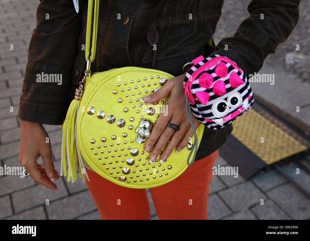 A female Italian tourist with colorfull bags standing at the Brandenburg Gate in Berlin, September 29, 2013. More and more tourists come to the German capital every year. This photo is part of a series on tourism in Berlin. Photo: Wolfram Steinberg dpa - Stock Image