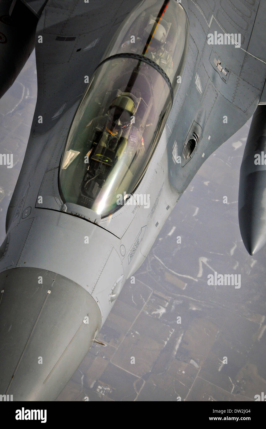 A US Air Force F-16D Fighting Falcon aircraft maneuvers into position during an aerial refueling operation with a KC-135 Stratotanker aircraft February 18, 2014 over Arizona. - Stock Image