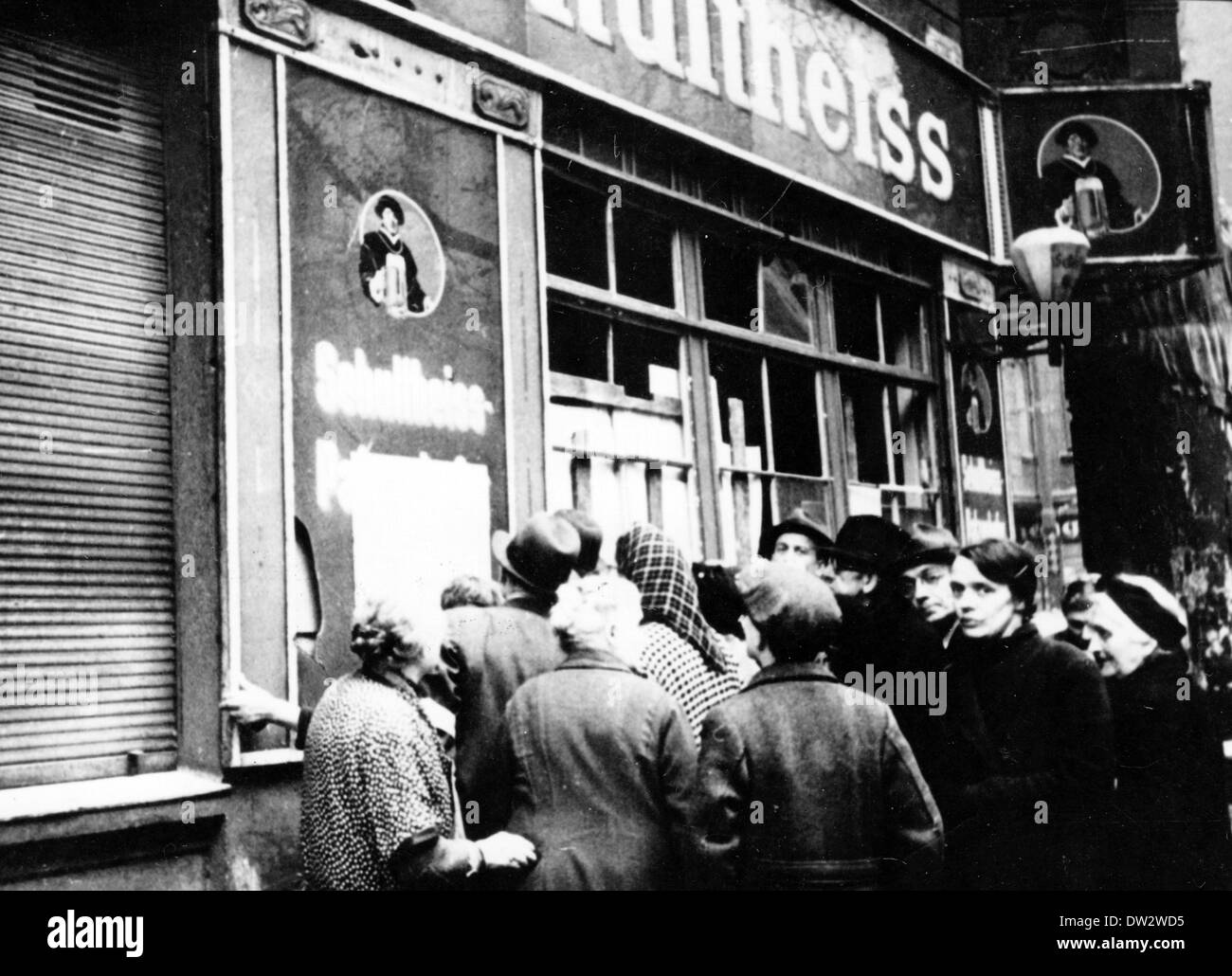 People read an anouncement put up on a Schultheiss premises in Berlin, May 1945. Photo: Berliner Verlag / Archive - NO WIRE SERVICE - Stock Image