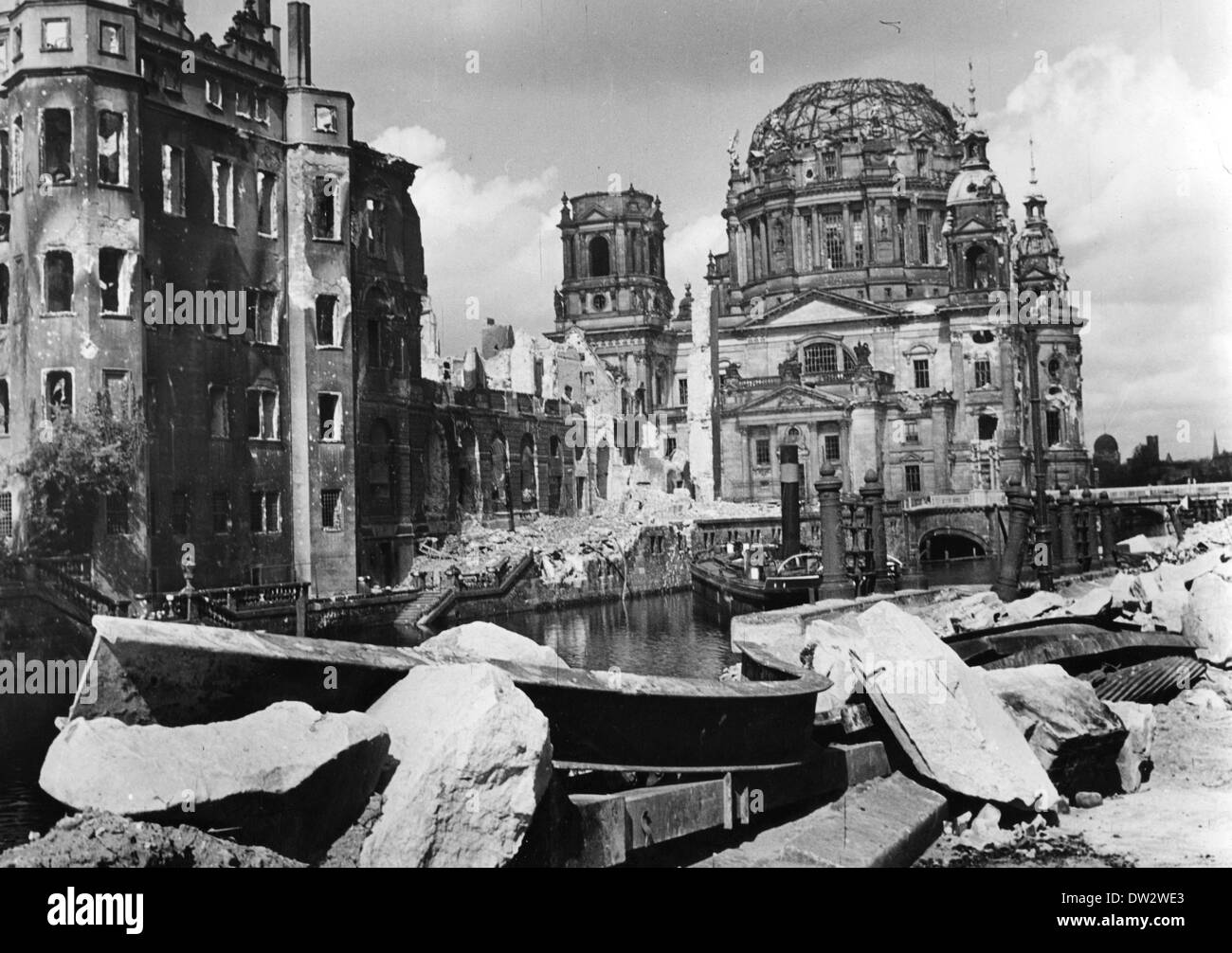 End of the war in Berlin 1945 - View of the destroyed city of Berlin with the Berlin Dome and one part of the ruined castle (L). Photo: Berliner Verlag / Archive - NO WIRE SERVICE - Stock Image
