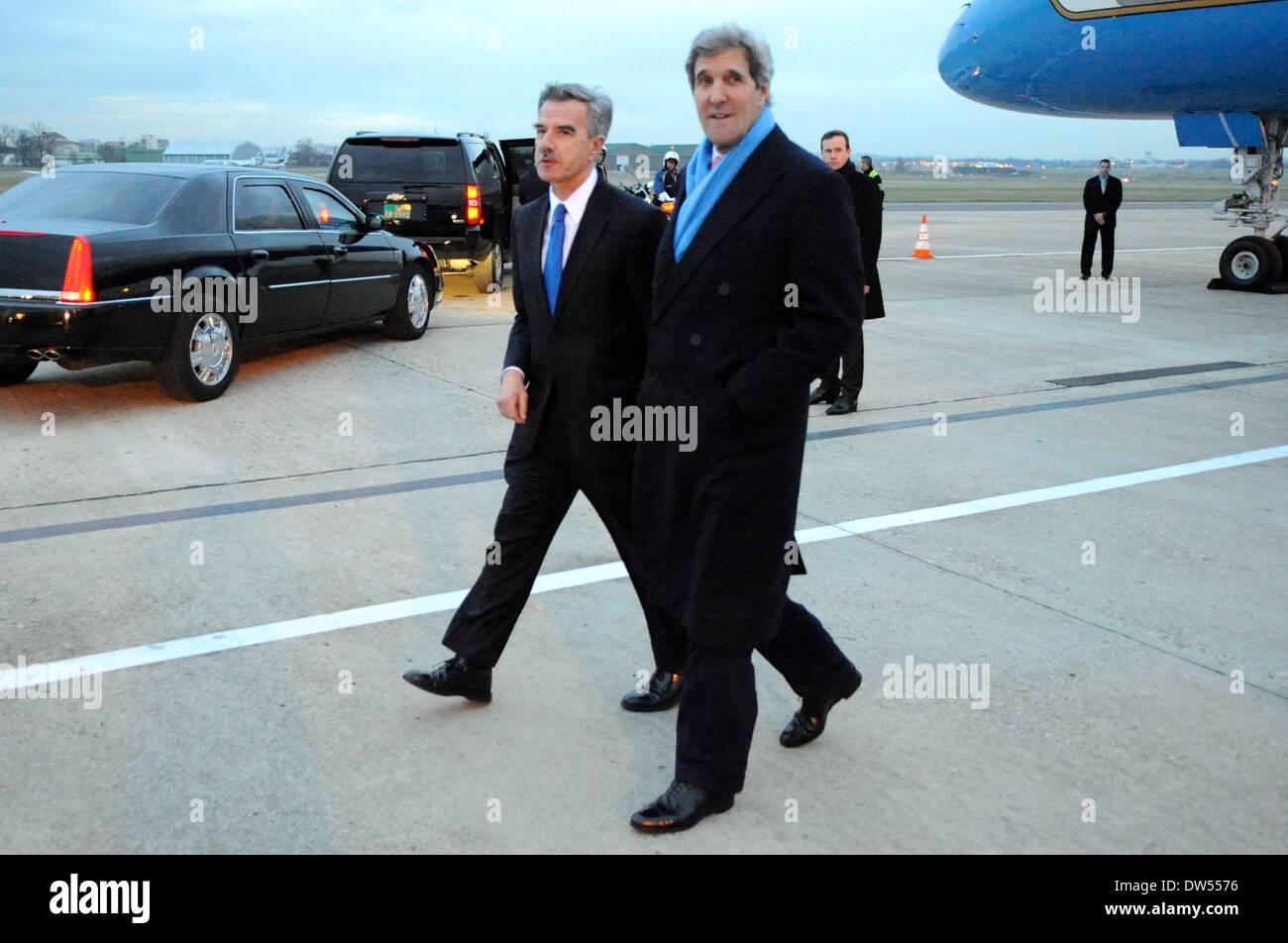 Chargé D'Affaires Taplin Greets Secretary Kerry Upon Arrival in Paris - Stock Image