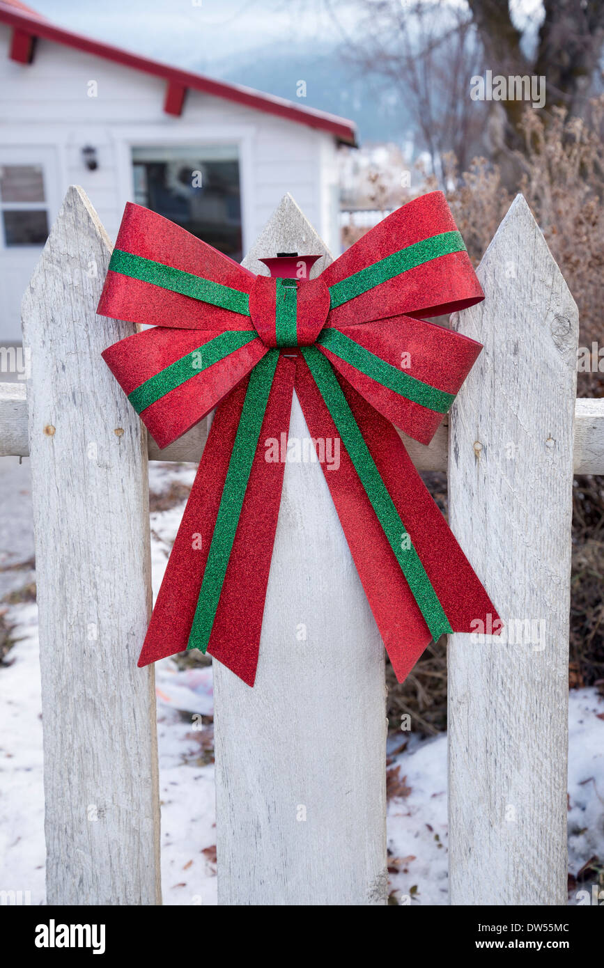 Festive bow on fence - Stock Image