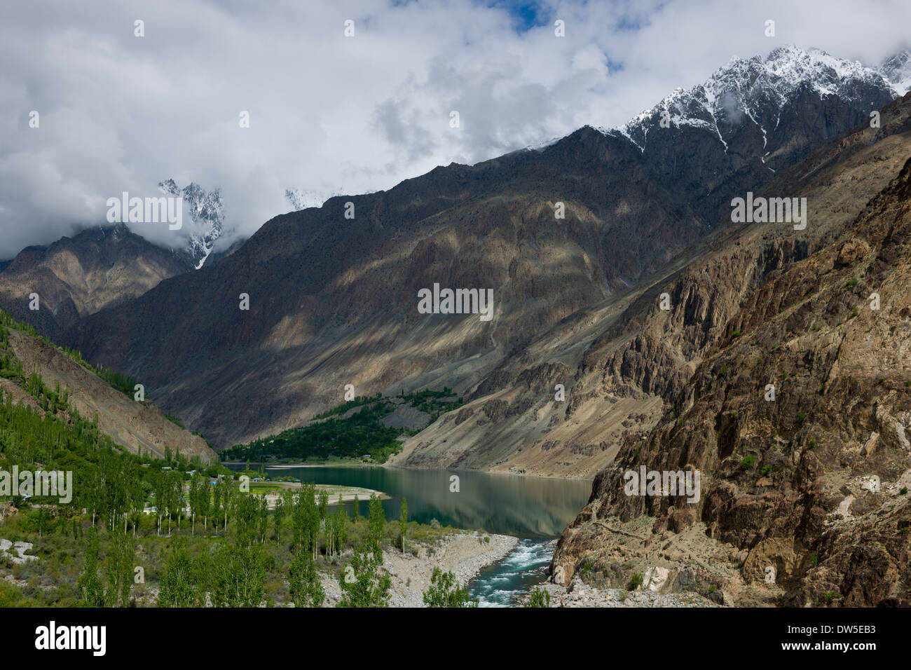 Khalti Lake flanked by the steep sides of the Ghizar River (Gilgit River) Valley, seen from the Shandur-Gilgit Road, Gilgit-Baltistan, Pakistan - Stock Image