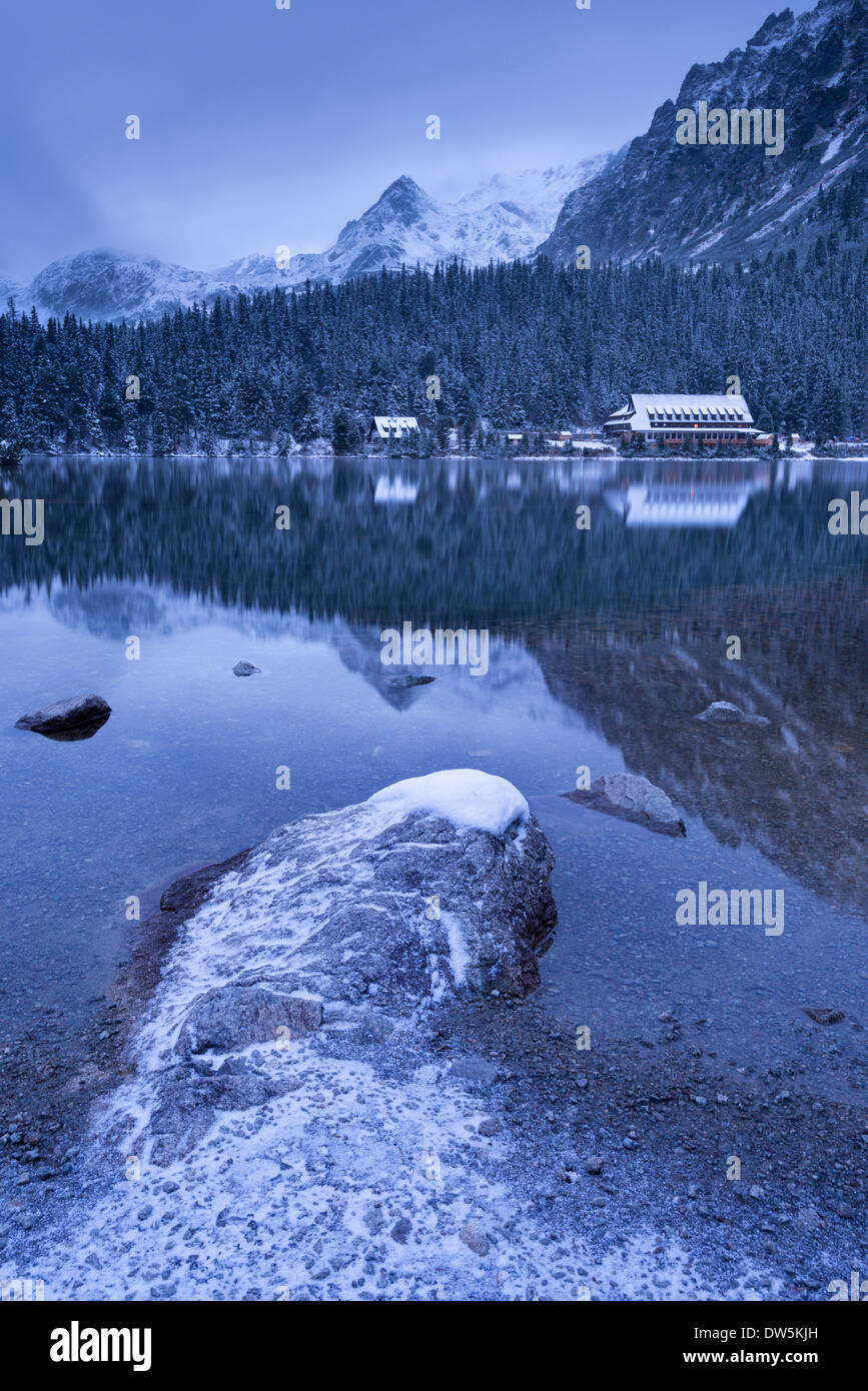 Popradske Pleso lake and mountain cottage in wintertime, Slovakia, Europe. - Stock Image