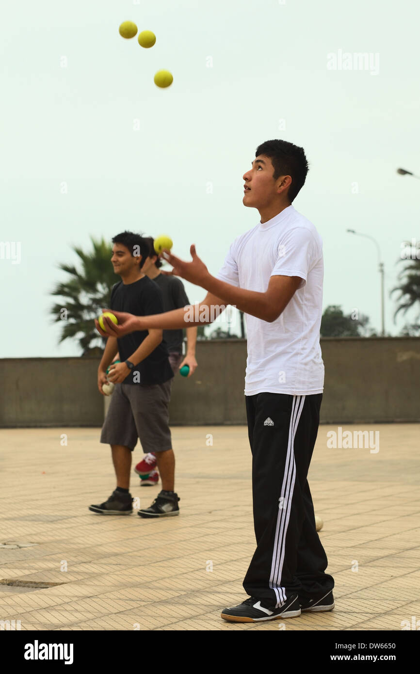 Young Peruvian man juggling with five balls at Larcomar in the district of Miraflores in Lima, Peru - Stock Image